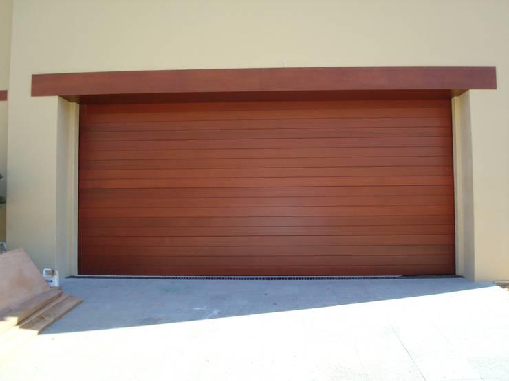 Puerta madera Cedro Odorata. : Garajes de estilo  por CHD COMPANY