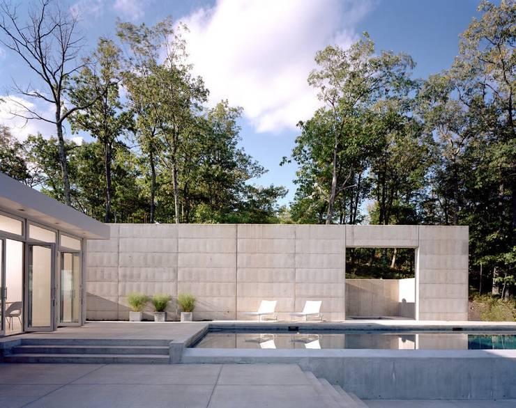 POOL als Pièce Maitresse der Aussengestaltung :  Pool von Ecologic City Garden - Paul Marie Creation,Modern