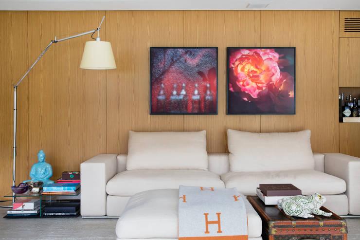 APARTAMENTO M.A.: Sala de estar  por Yamagata Arquitetura