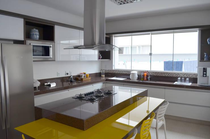 Casa Luciano: Cozinhas  por Lanzarq Arquitetura e Urbanismo,Moderno
