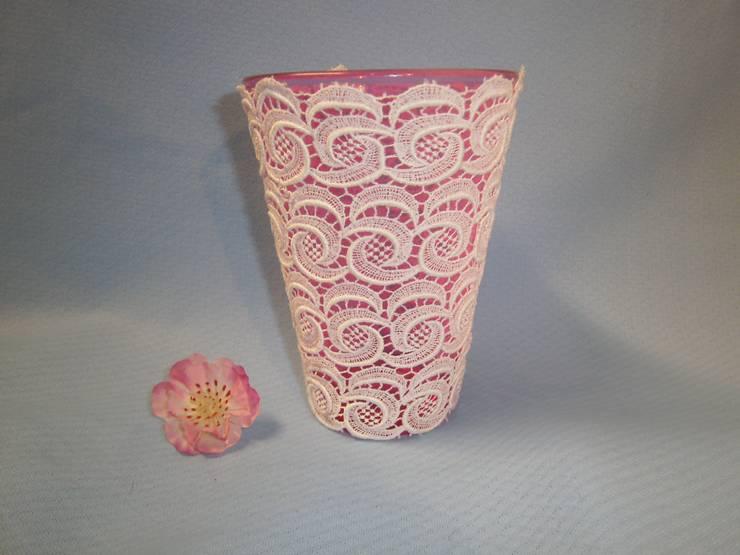 rosa Glasvase mit weißer Spitze:  Wohnzimmer von schneiderei jerke