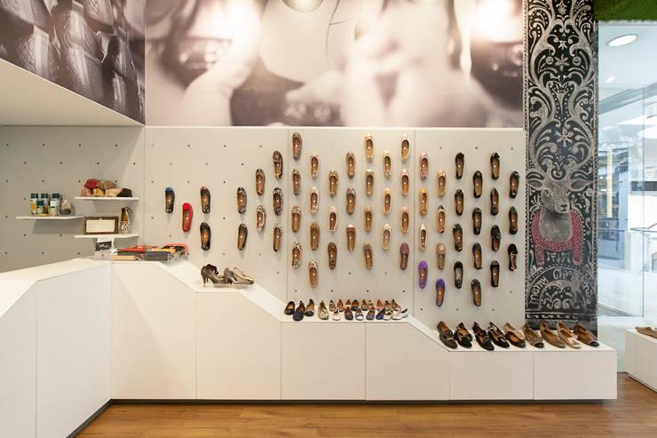 OQ Shoes: Espacios comerciales de estilo  por ODA - Oficina de Diseño y Arquitectura,