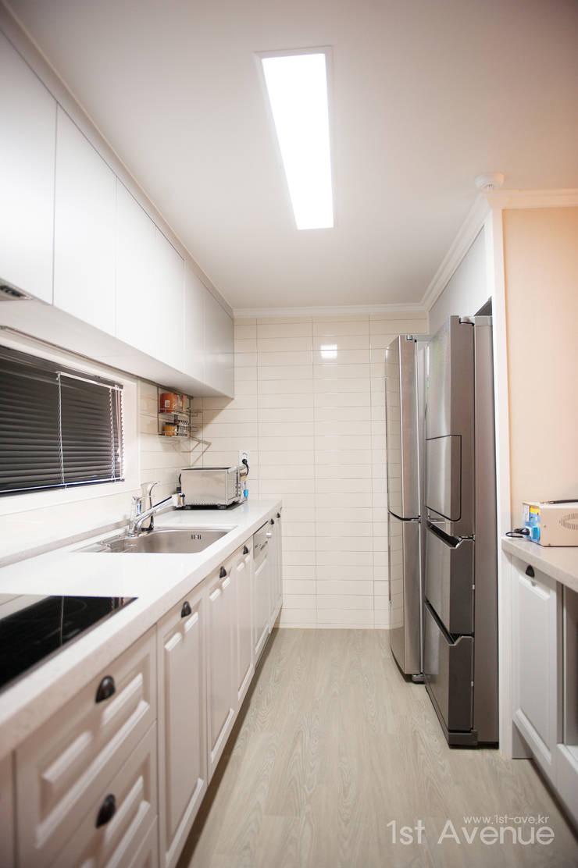가구를 위한 모던인테리어 : 퍼스트애비뉴의  주방