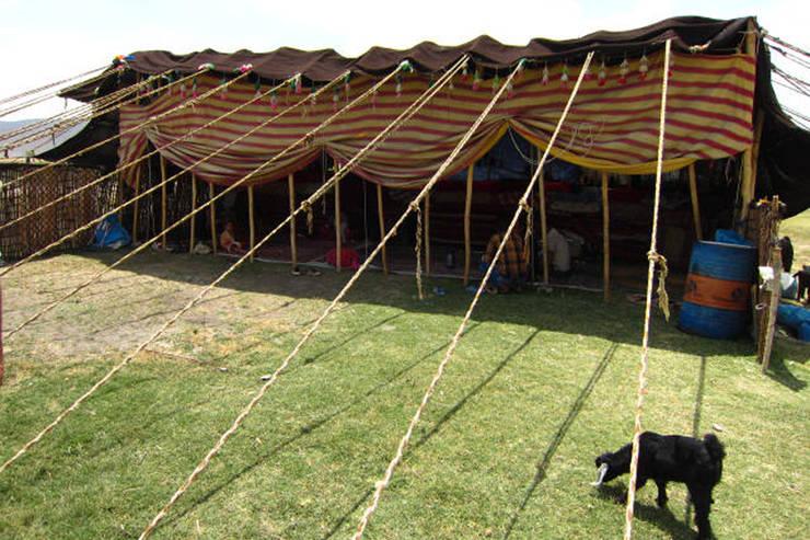 カシュガイ族の暮らし: Vigore interior&galleryが手掛けたリビングルームです。,