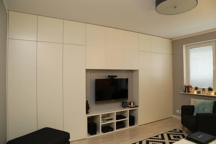 Funkcjonalna zabudowa ściany: styl , w kategorii Salon zaprojektowany przez ZAWICKA-ID Projektowanie wnętrz