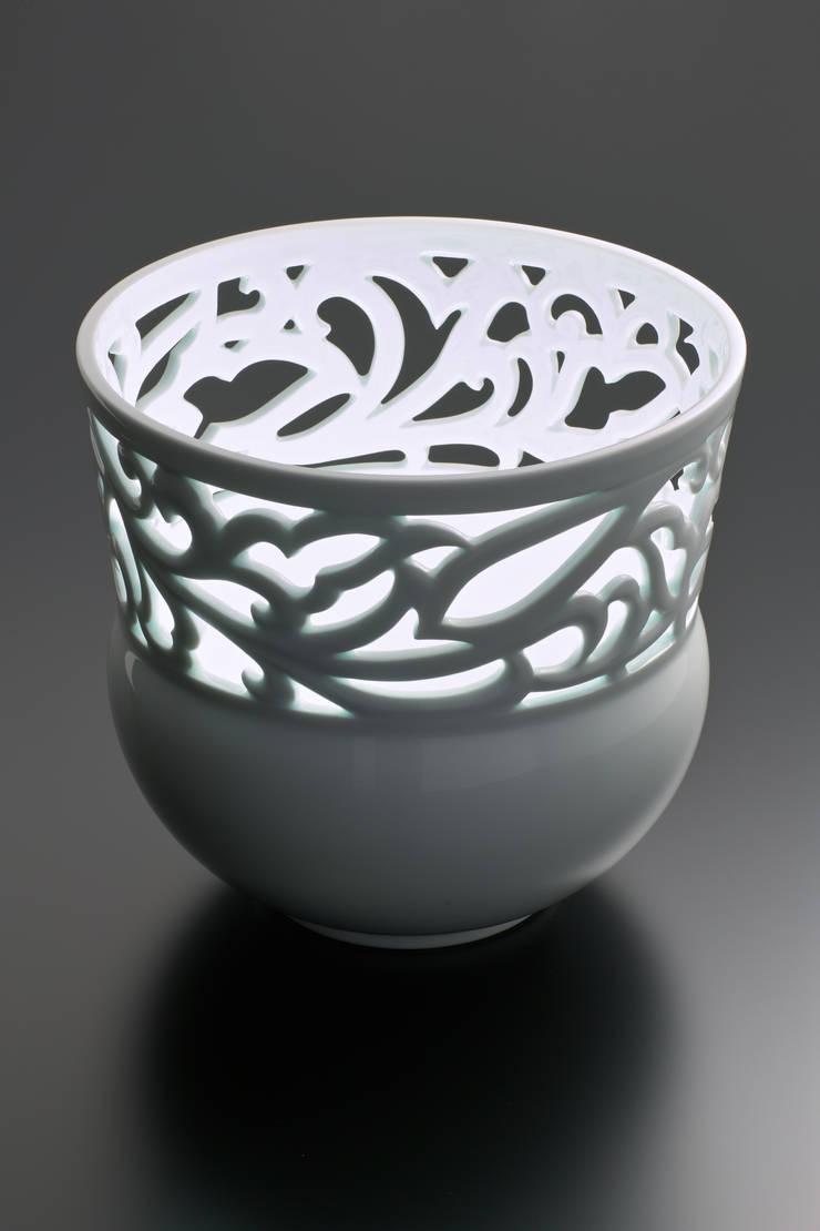 白磁 透かし彫り唐草文 花器: 磁器工房・静風舎が手掛けたアートです。,