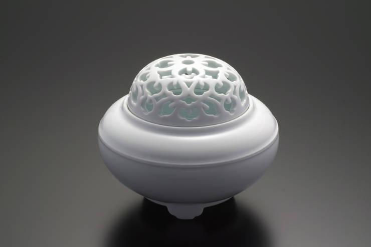白磁 花文 香炉: 磁器工房・静風舎が手掛けたアートです。,
