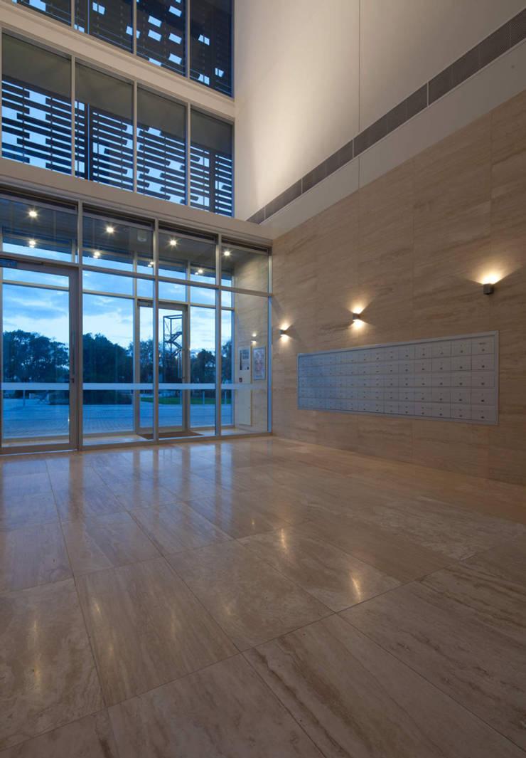 ECRU MARBLE LTD – Beachside Leighton:  tarz Koridor ve Hol, Modern