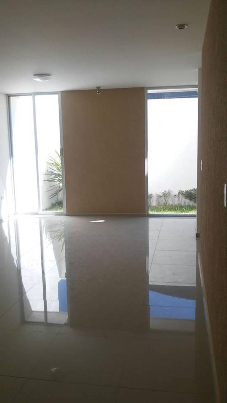 Condominio Ruscello, Aguascalientes. Pasillos, vestíbulos y escaleras clásicas de Inmobiliaria Abitacasa S. A. De C.V. Clásico