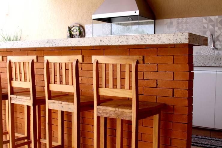 Banquetas de Madeira de Demolição: Espaços gastronômicos  por Alkaa Arquitetos Associados