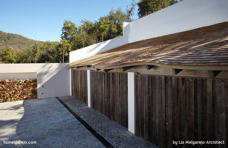 Projekty,  Garaż podwójny zaprojektowane przez Lis Melgarejo Arquitectura