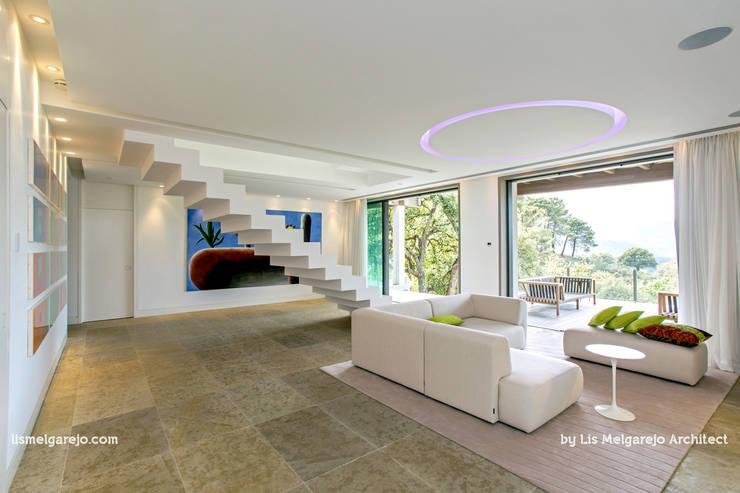 Projekty,  Korytarz, przedpokój zaprojektowane przez Lis Melgarejo Arquitectura