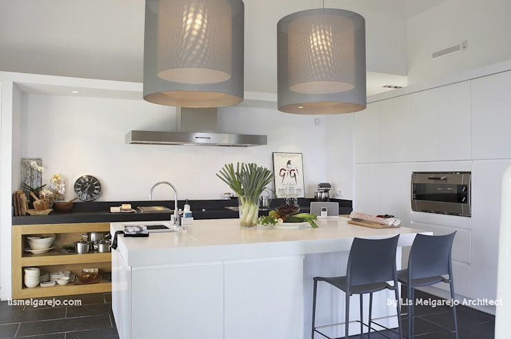 Villa Shangrila: Cocinas de estilo  de Lis Melgarejo Arquitectura
