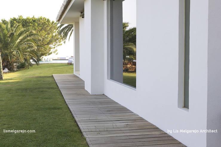Villa Shangrila: Jardines de estilo moderno de Lis Melgarejo Arquitectura