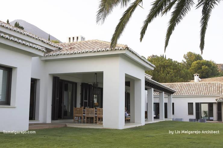 Villa Shangrila: Casas de estilo  de Lis Melgarejo Arquitectura