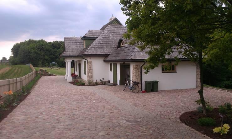 Widok na ogród od strony wjazdu na posesje.: styl , w kategorii Ogród zaprojektowany przez BioArt Ogrody, Architektura Krajobrazu,Wiejski