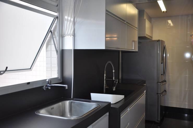 Área de serviço/ Cozinha: Cozinhas  por Novità - Reformas e Soluções em Ambientes