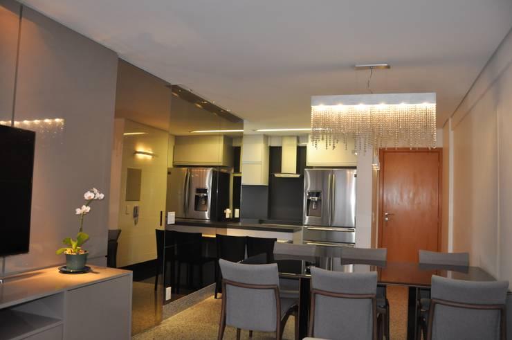 Sala de estar e jantar/ cozinha: Salas de jantar  por Novità - Reformas e Soluções em Ambientes