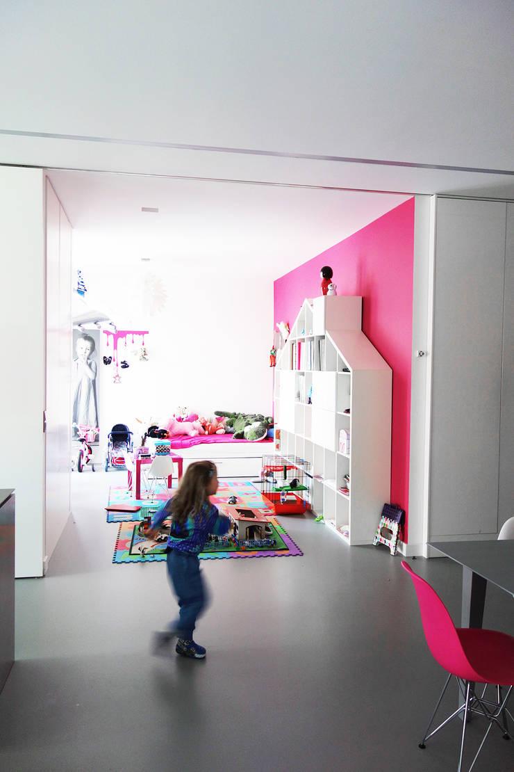 GLOSSY - mobilna ściana: styl , w kategorii Pokój dziecięcy zaprojektowany przez PROSTO architekci,Minimalistyczny