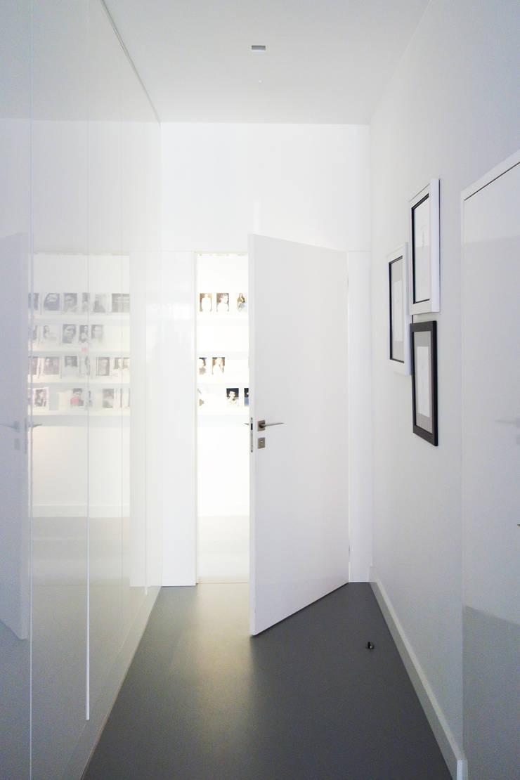 GLOSSY: styl , w kategorii Korytarz, przedpokój zaprojektowany przez PROSTO architekci