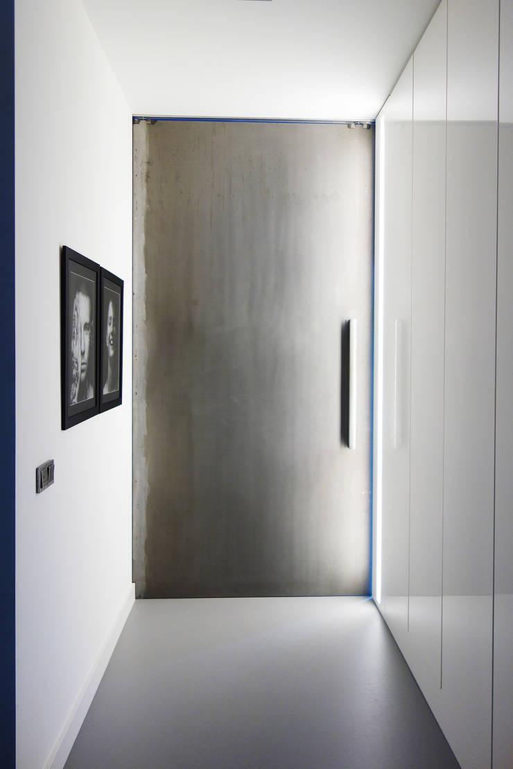 GLOSSY: styl , w kategorii Korytarz, przedpokój zaprojektowany przez PROSTO architekci,Minimalistyczny