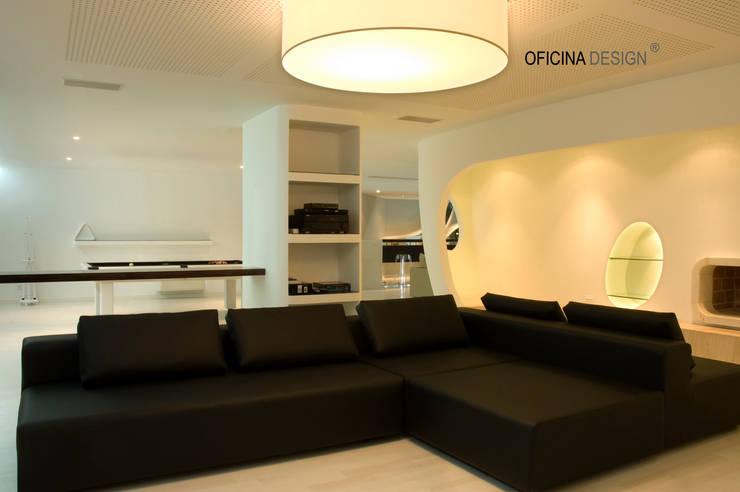 Casa - Freedom: Salas multimédia por Oficina Design