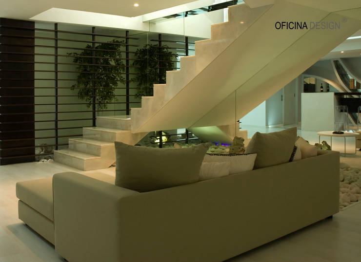 Casa – Freedom: Corredores e halls de entrada por Oficina Design