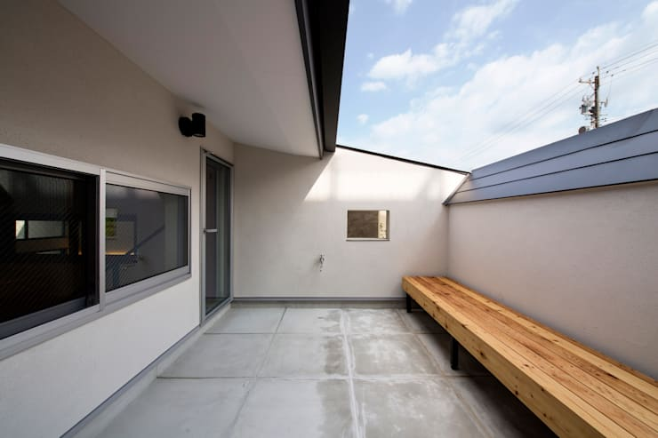 Chigusa Atelier-house: Sakurayama-Architect-Designが手掛けたベランダです。