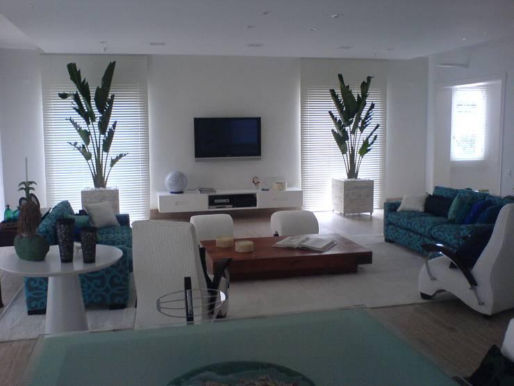 Sala de estar  com a luz do dia: Salas de estar  por Luciani e Associados Arquitetura