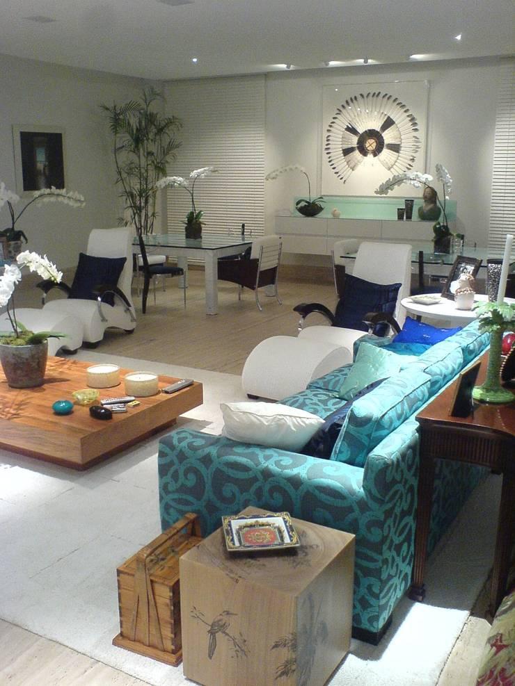 Sala de estar e sala de jantar: Salas de estar  por Luciani e Associados Arquitetura