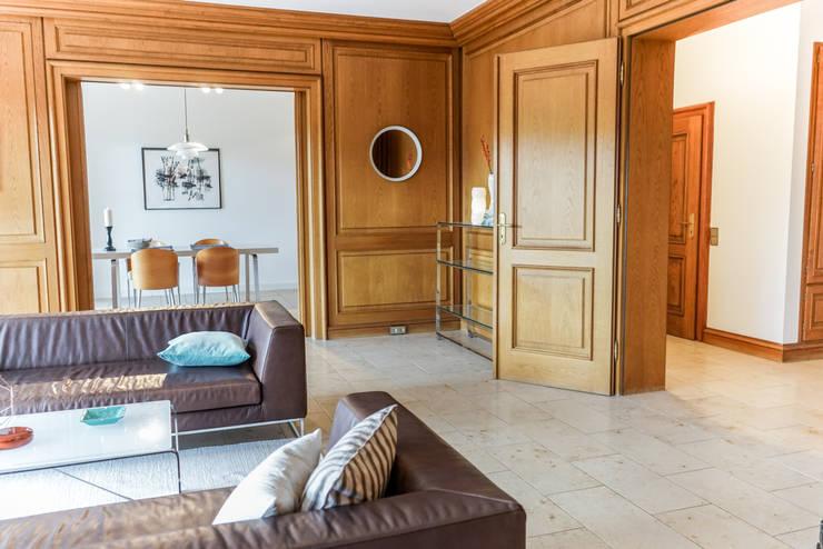 Staging einer Villa zum Verkauf:  Wohnzimmer von Home Staging Gabriela Überla