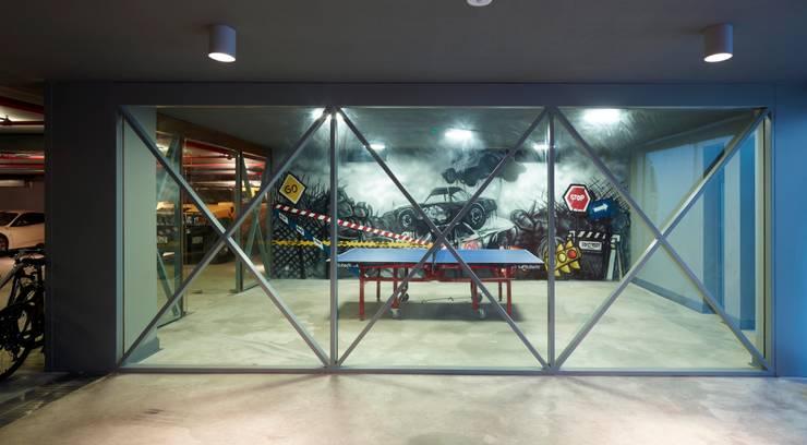 Pimodek Mimari Tasarım - Uygulama – Duvarda Graffiti Çalışması ve Masa Tenisi Bölümü:  tarz Garaj / Hangar, Modern