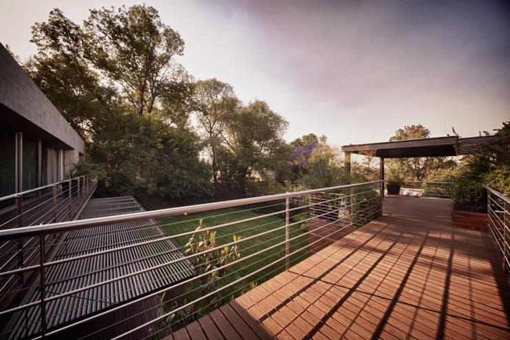 Casa Galeana: Terrazas de estilo  por grupoarquitectura
