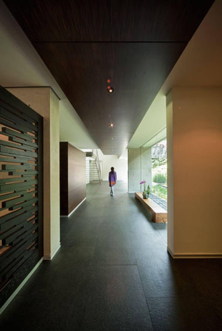 Casa Galeana: Pasillos y recibidores de estilo  por grupoarquitectura