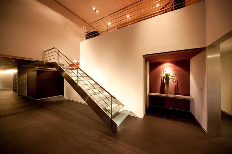 Pasillos y hall de entrada de estilo  por grupoarquitectura