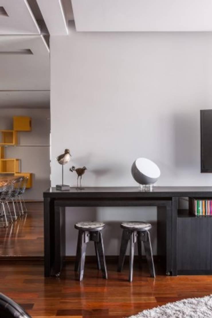 Living room by MC3 Arquitetura . Paisagismo . Interiores
