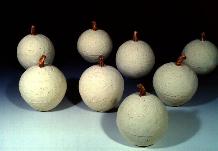 テーブルの上のりんご-2: ceramica yyttが手掛けた現代のです。,モダン 陶器