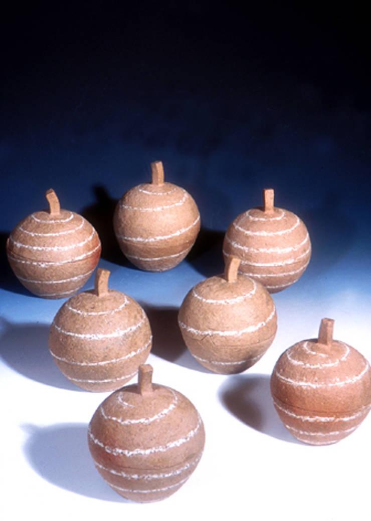 テーブルの上のりんご-3: ceramica yyttが手掛けた現代のです。,モダン 陶器
