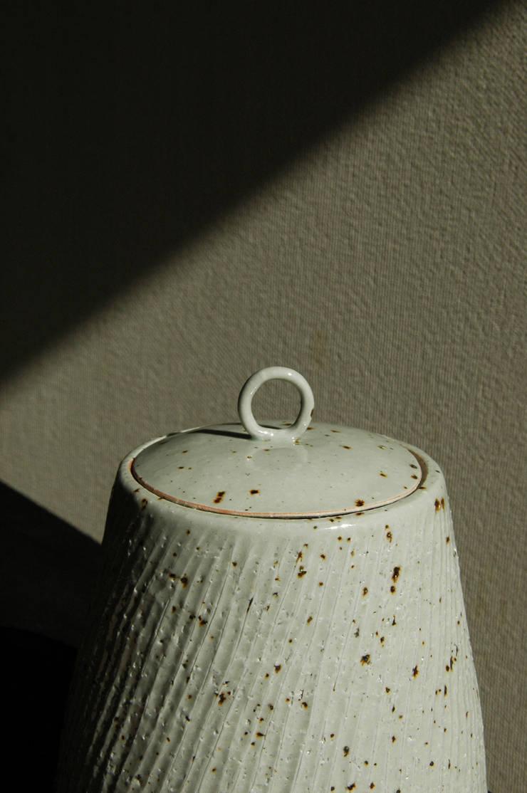 水指: ceramica yyttが手掛けたアートです。,