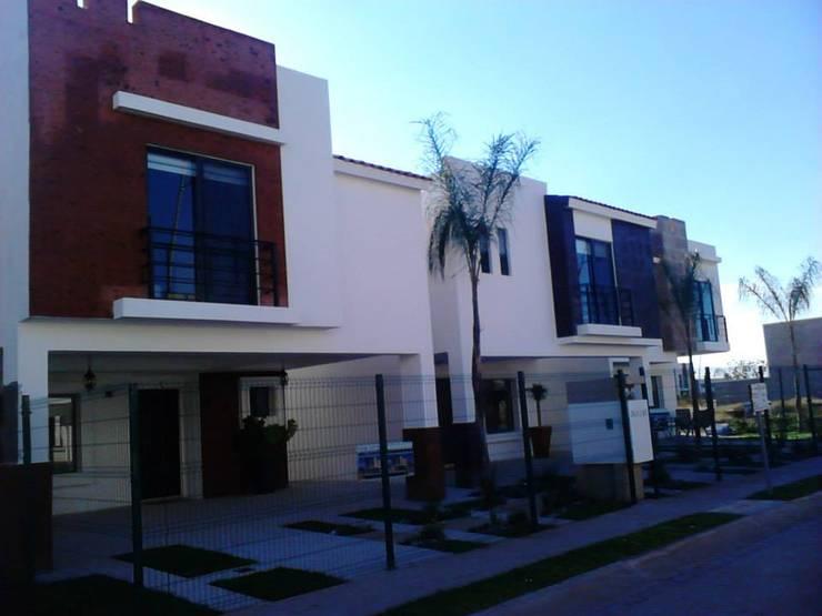 SIERRA NOGAL: Casas de estilo  por IA constructivo