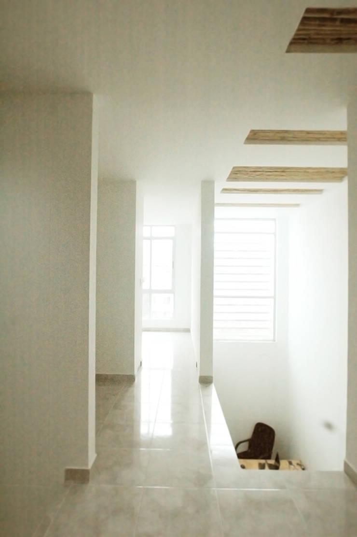 28 Townhouse.: Pasillos y vestíbulos de estilo  por Oficina Suramericana De Arquitectura