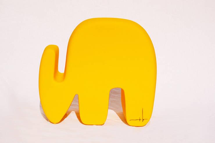 Elefante Milo:  de estilo  por TRIZZ,Moderno Plástico
