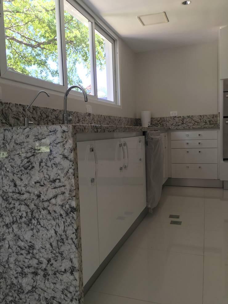 Detalle de mueble fregadero y lavaplatos.: Cocinas de estilo moderno por Demadera Caracas