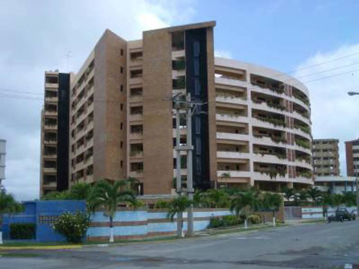FACHADA PRINCIPAL CONJUNTO RESIDENCIAL LAGUNA SUITES: Casas de estilo  por Grupo JOV Arquitectos
