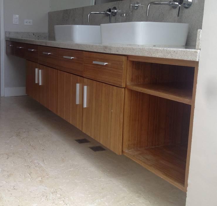 Mueble de baño cuarto principal.: Baños de estilo  por Demadera Caracas