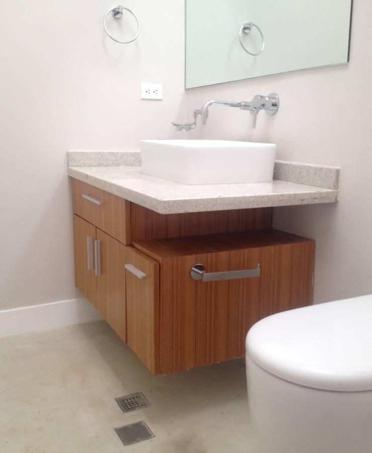 Mueble de baño de visita.: Baños de estilo  por Demadera Caracas
