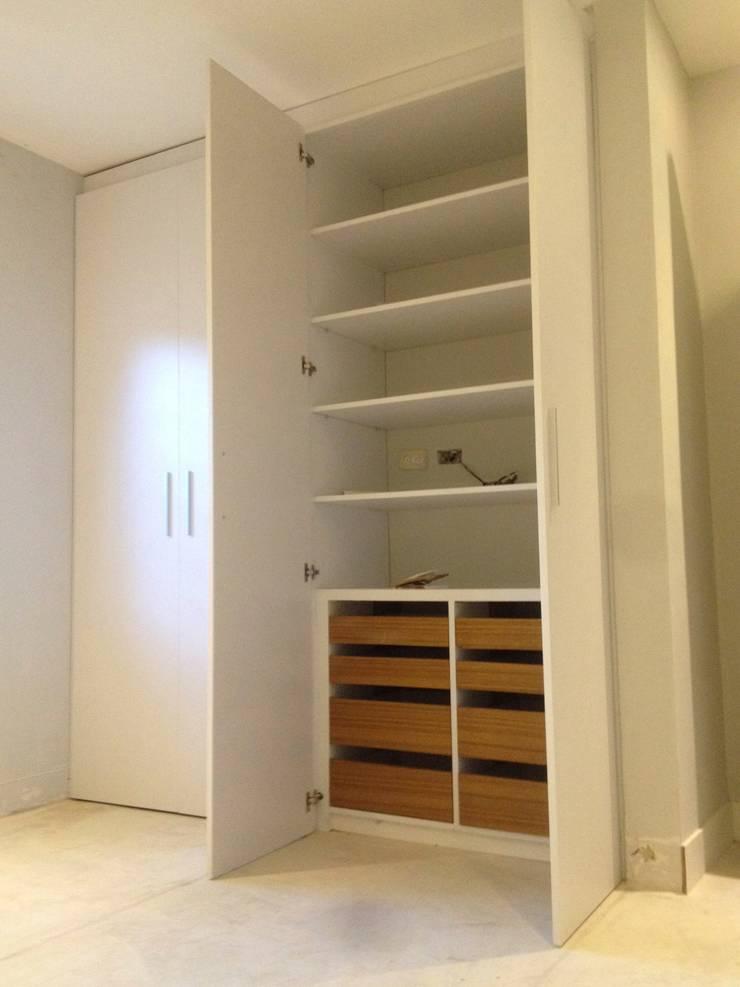 Closet de cuarto.: Cuartos de estilo  por Demadera Caracas