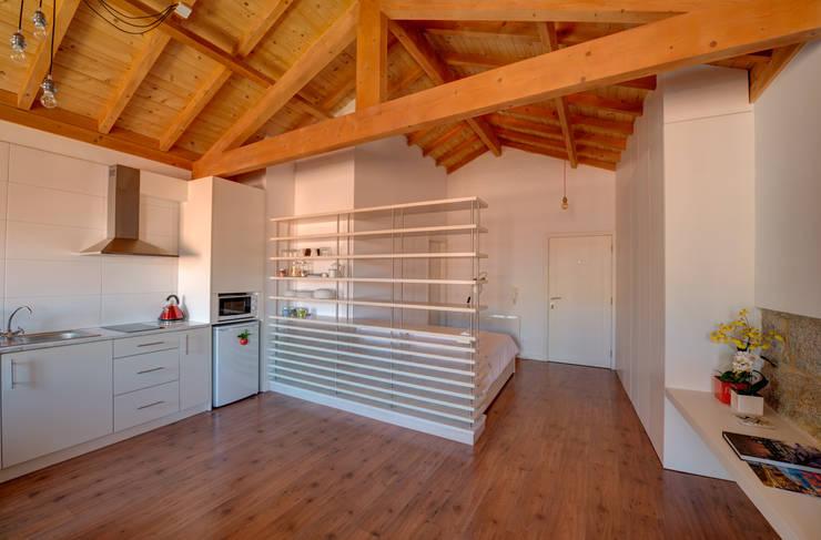 Camera da letto in stile in stile Moderno di Sandra Couto arquitectura
