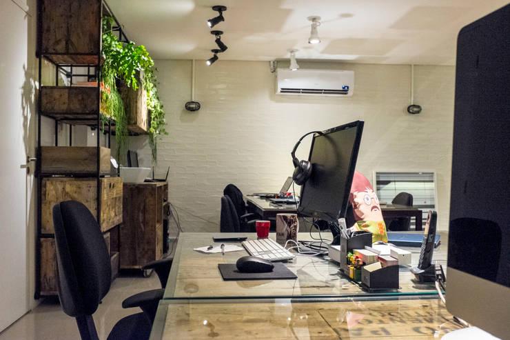 CARBONO DIGITAL: Espaços comerciais  por POCHE ARQUITETURA