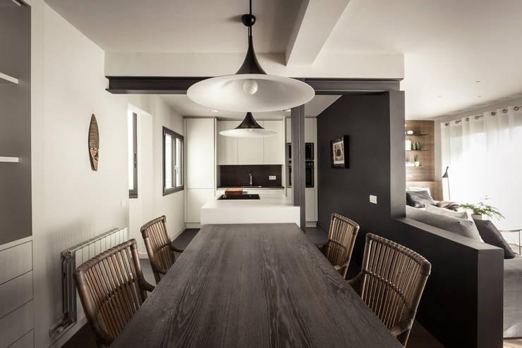 Un piso, dos ambientes: Comedores de estilo ecléctico de Adela Cabré